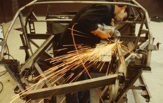 BMW M1 - Produktion, Gitterrohrrahmen: finisharbeiten beim Rahmenbau im Motorraumbereich