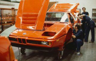 BMW M1 - Produktion, Karosseriemontage: hier Verkabelung installieren