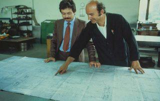 BMW M1 - Produktion, Produktionsbesprechung am Detailplan 1:1, links Herr Raimondi, rechts Herr Dr. Baraldini