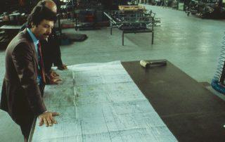 BMW M1 - Produktion, Produktionsbesprechung mit Detailplan 1:1, vorn Herr Raimondi, im Hintergrund Herr Dr. Baraldini