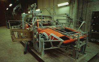 BMW M1 - Produktion, zusammenfügen der Karosserie-Segmente und anpassen auf den Fahrzeug-Gitterrohrrahmen, verkleben und vernieten