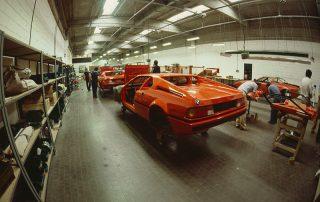 BMW M1 - Produktion, Karosserie-Montage: anpassen aller Schraubteile