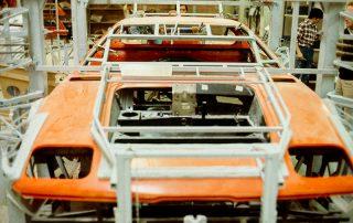 BMW M1 - Produktion, anpassen der Karosserie-Segmente auf den Fahrzeugrahmen, fixieren mit Spannvorrichtungen, verkleben und vernieten