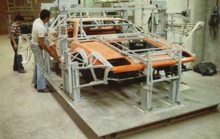 BMW M1 - Produktion, zusammenfügen der Karosserie-Segmente und anpassen auf den Fahrzeugrahmen, verkleben und vernieten