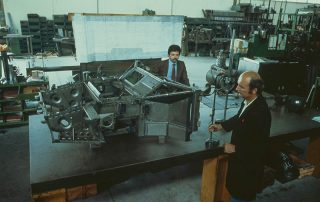 BMW M1 - Produktion, Vermessung auf der Richtbank, hier am Segment Vorderrahmen, vorn Herr Dr. Baraldini, im Hintergrund Herr Raimondi