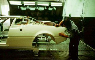 BMW M1 - Produktion, beseitigen von Unebenheiten durch füllern und schleifen während des Lackierdurchlaufes
