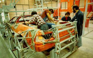 BMW M1 - Produktion, anpassen des Hecksegmentes zum Dach und Frontteil auf den Gitterrohrrahmen, vernieten und verkleben