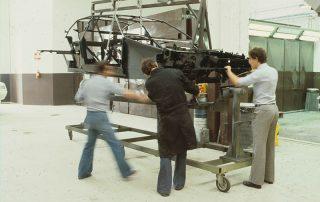 BMW M1 - Produktion, anpassen des Vorderrahmens als Träger für Vorderachse und Lenkung an die Fahrgastzelle