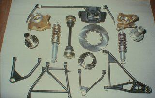 BMW M1 - Produktion, Doppelquerlenker für Hinterachsaufhängung, Stoßdämpfer mit Federn, Gleichlaufgelenkwelle, Träger für Radlager hinten, Bremsscheibe und Bremssattel, Stabilisator