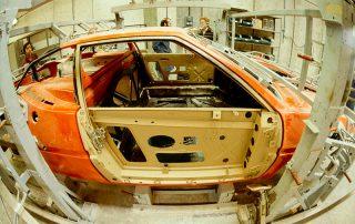 BMW M1 - Produktion, einpassen des Türträgerrahmens mit Fensterrahmen