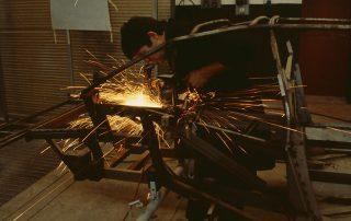 BMW M1 - Produktion, Finish-Arbeiten am Gitterrohrrahmen im Motor- Kofferraumbereich