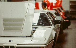 BMW M1 - Produktion, anpassen aller Karosserie-Schraubteile, Frontschürze und Heckabschluß, Front- u. Heckklappe, Türen, Verglasung, Scheinwerfer